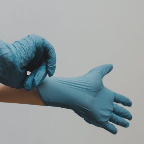 Schutzkittel, Handschuhe und Masken
